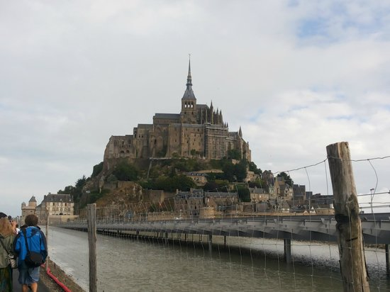 Mont Saint-Michel & Normandy Tour - Emi Travel Paris: Vista da chegada ao Mont Saint-Michel - caminhada