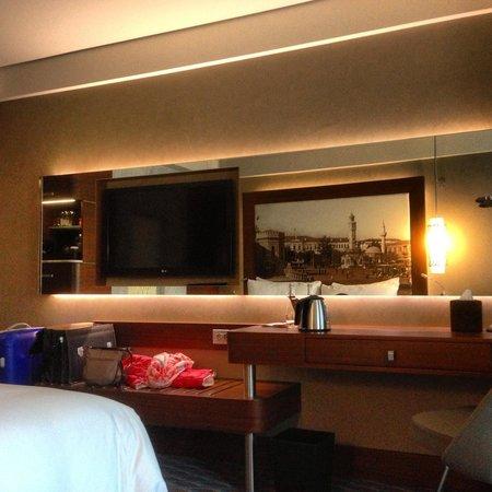 Renaissance Izmir Hotel : Größer Fernseher