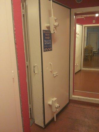 City Hostel Geneva: Basement communal area door (former bunker?)