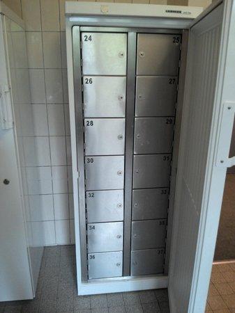 City Hostel Geneva: Fridge lockers