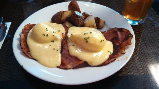 Amuse Bouche: Eggs Benedicgt