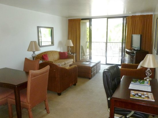 Aston Kona by the Sea : Living room with access to balcony (sofa bed)