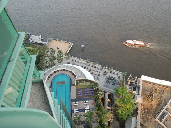Chatrium Hotel Riverside Bangkok : Looking down from our room.