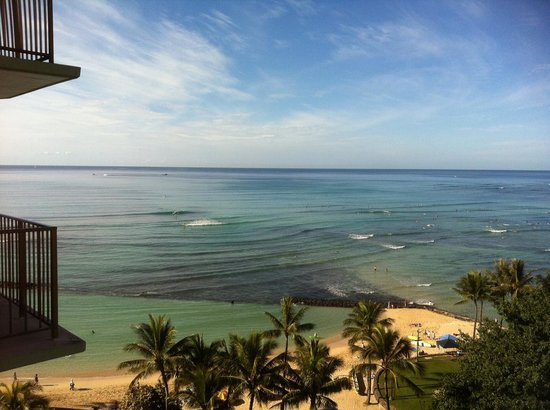 Aston Waikiki Circle Hotel: View from balcony of the beach