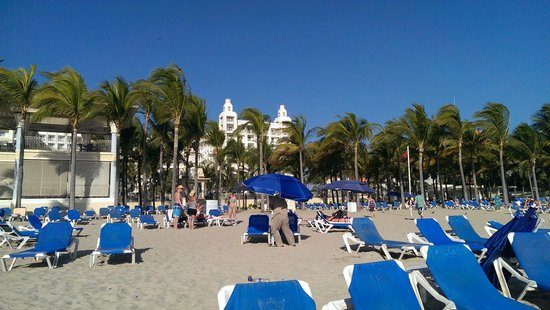 Hotel Riu Vallarta: View of the hotel from the beach