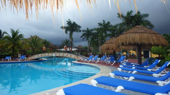 Allegro Cozumel: Clouds and Sunbathers Don't Mix