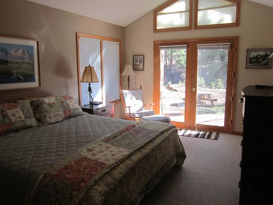 RiverWood on Fall River: Bright bedroom with king bed.