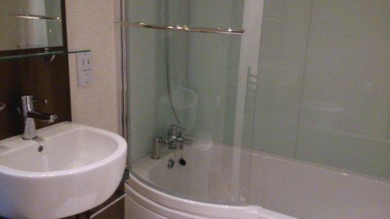 Shear Barn Holidays & Touring: bath in 3 bed lodge