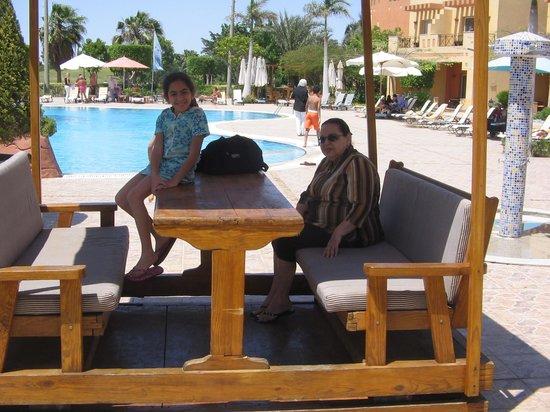Swiss Inn Pyramids Golf Resort & Swiss Inn Plaza : swimming pool side