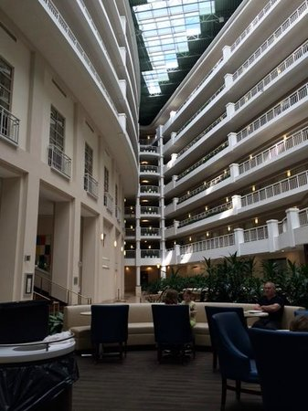 Embassy Suites by Hilton Alexandria-Old Town: atrium area