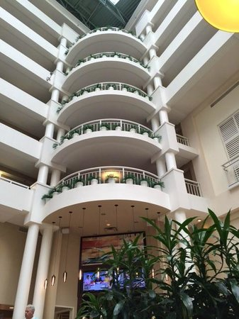 Embassy Suites by Hilton Alexandria-Old Town : over bar in atrium