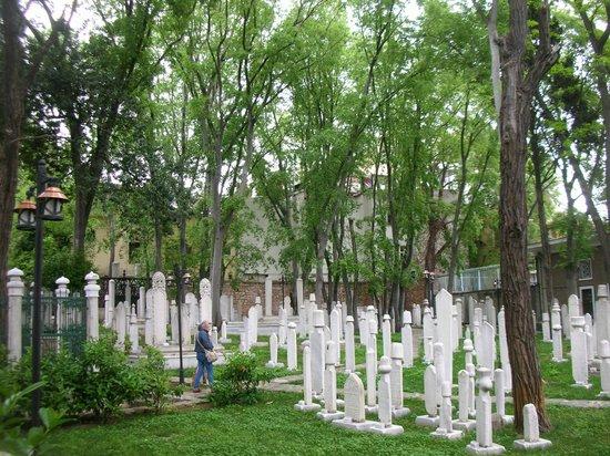 Divan Literature Museum (Divan Edebiyati Muzesi): Il cimitero interno
