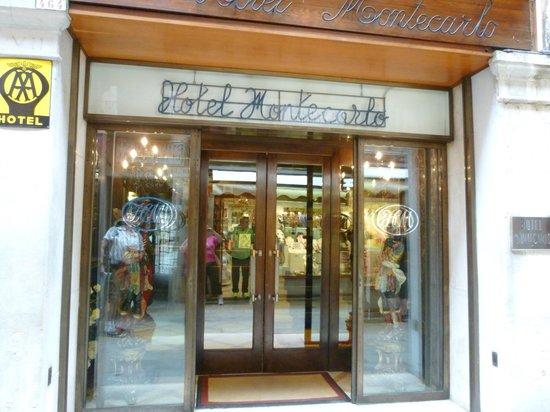 Hotel Montecarlo: Front door of Montecarlo Hotel Venice