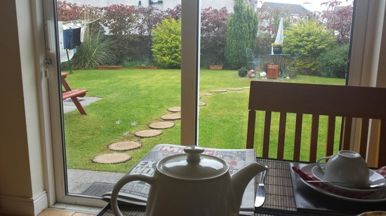 Portumna House Bed & Breakfast: View of the garden from the breakfast table
