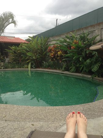 Hotel Bijagua: Relaxing by the Pool