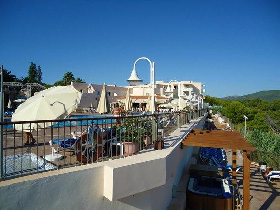 Invisa Hotel Club Cala Verde : Parte de la pileta y desde aquí se baja a la playa
