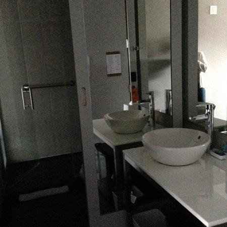Aloft New York Brooklyn: Bath area