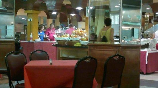 Magic Cristal Park Hotel: Vista de zona del bufette desde la mesa que estabamos