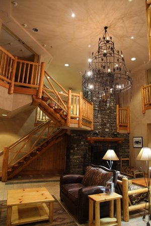 Brewster's Mountain Lodge: Main foyer area.