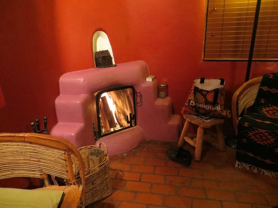 Adobe and Pines Inn B&B: Cozy fire in Puerte Azul