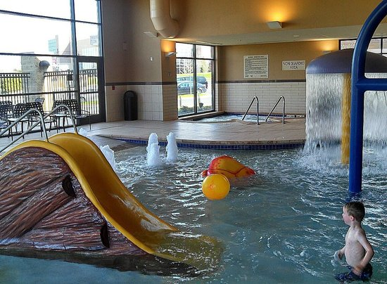 Hampton Inn and Suites Madison West: Playing in the pool in Madison