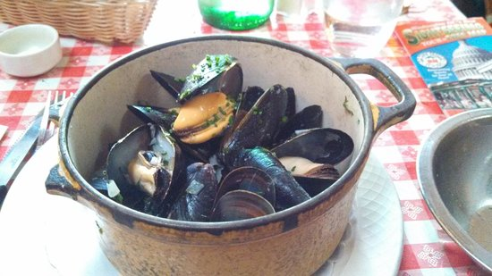 Bistrot Du Coin: mussels with white wine sauce