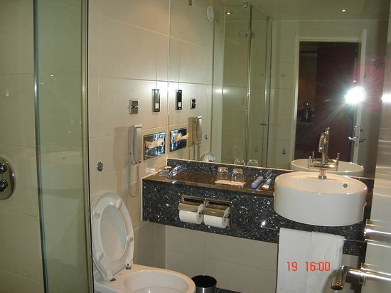 Sofitel London Heathrow : spacious bathroom