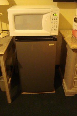 Rodeway Inn & Suites : fridge and micro