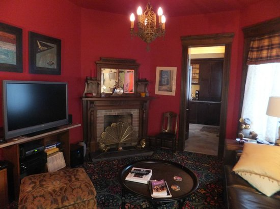 Wallace Manor Bed and Breakfast: Great Space to watch TV in the afternoon or evening
