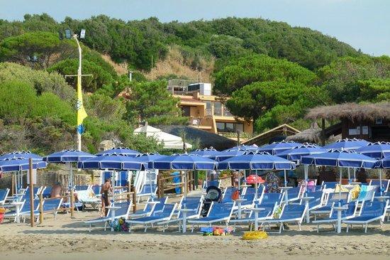 Roccamare Resort: Ombrelloni (solo prenotati) nella spiaggia riservata