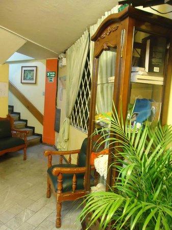 Hostal Rony's: Escaleras al primer piso