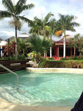 Sheraton Denarau Villas: Sheraton Pool - looking back towards lobby