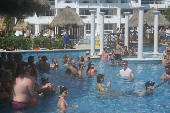 Grand Sunset Princess All Suites Resort : The swim-up bars were always crowded and noisy