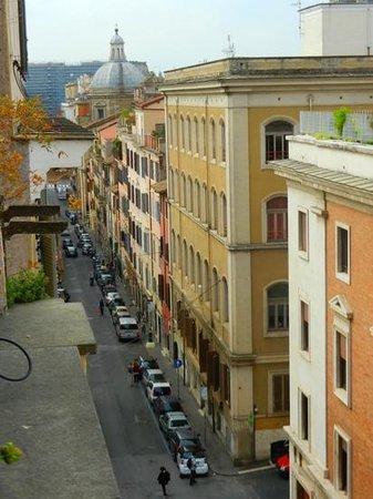 Apollo Hotel: Via dei serpenti avec au fond le Colysée (en rénovation)