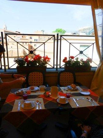 Apollo Hotel: Petit déjeuner en terrasse au 5ième