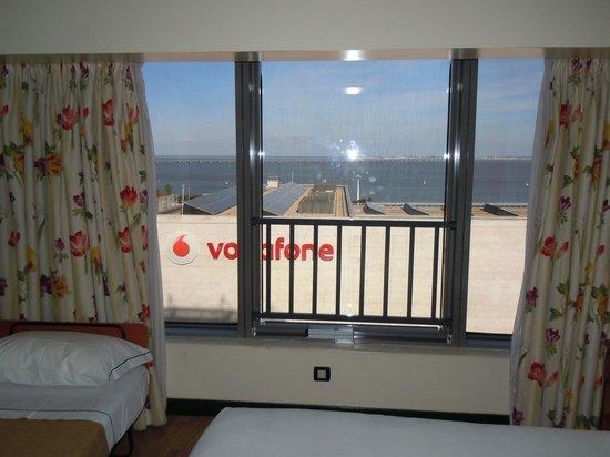 Tivoli Oriente Hotel: Habitación con fondo vodafone