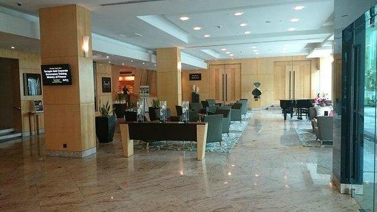 Radisson Hotel Brunei Darussalam: The lobby at the Radisson.