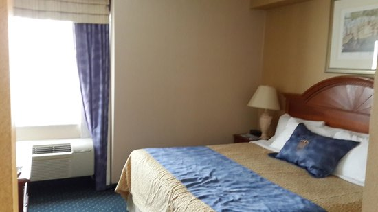 Monte Carlo Inns Markham: Executive Room, 4/F, with a King size bed and a full size sofabed