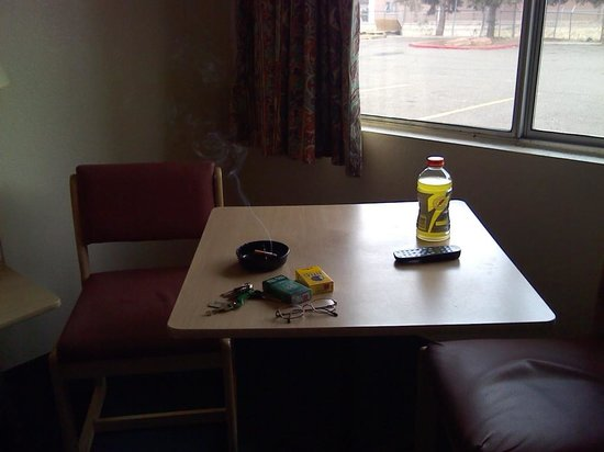 Motel 6 Flagstaff - Butler Avenue: Table and chairs