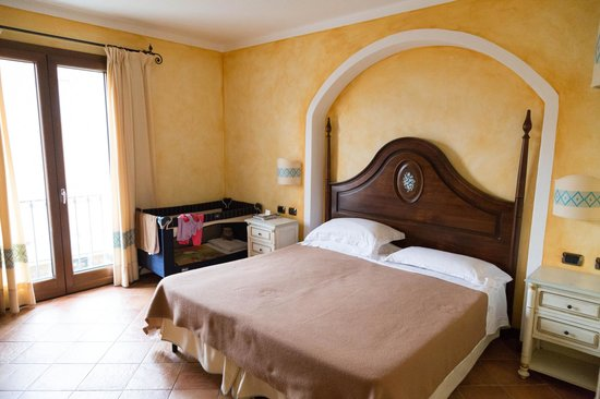 La Vecchia Fonte Hotel : Our bed + baby cot