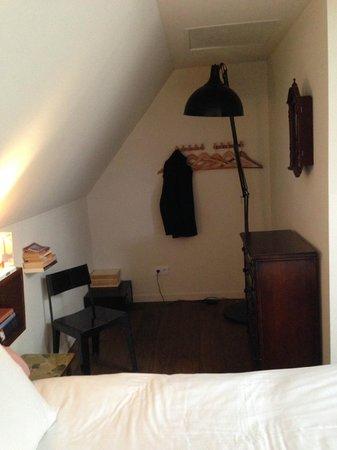 Townhouse Hotel Maastricht: 'Hoekje' met kapstok, ladekast en lamp naast het bed