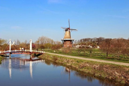 Windmill Island Gardens: The authentic 250 year old Dezwaan Windmill