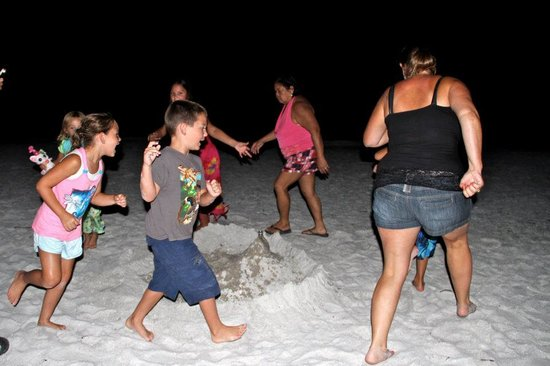 Barrett Beach Bungalows: Volcano party on the beach