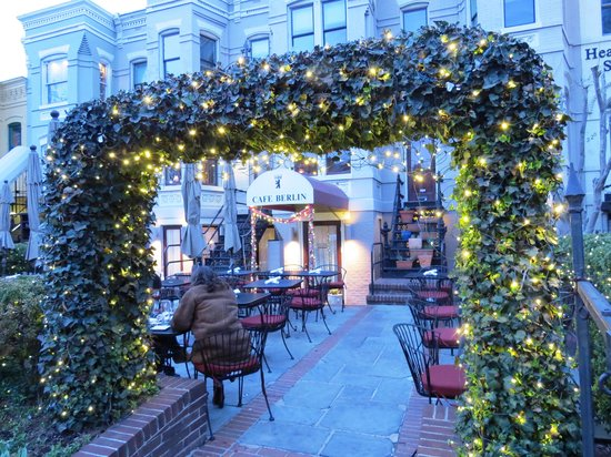 Cafe Berlin: Delightful outdoor courtyard biergarten