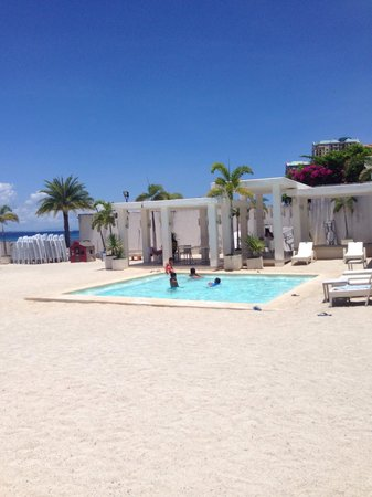 Be Resorts - Mactan: loving the poolside of the Salt Bar
