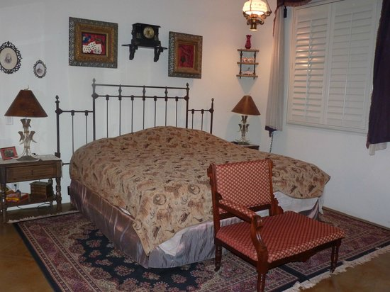 Down By The River Bed And Breakfast : Comfy king bed in cowboy room