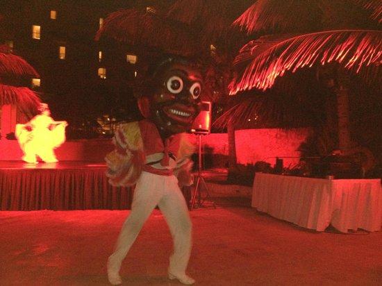 Fiesta Americana Condesa Cancun All Inclusive: Fiesta night by the pool.