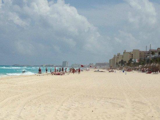 Fiesta Americana Condesa Cancun All Inclusive: Looking down the beach.
