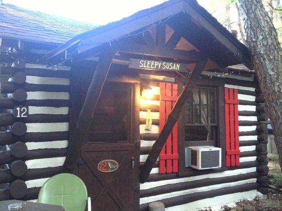 Log Cabin Motor Court: Outside