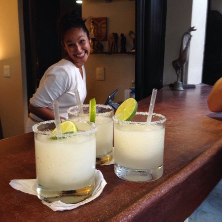 Mezzanine Colibri Boutique Hotel: Maggie and our complementary arrival margaritas!